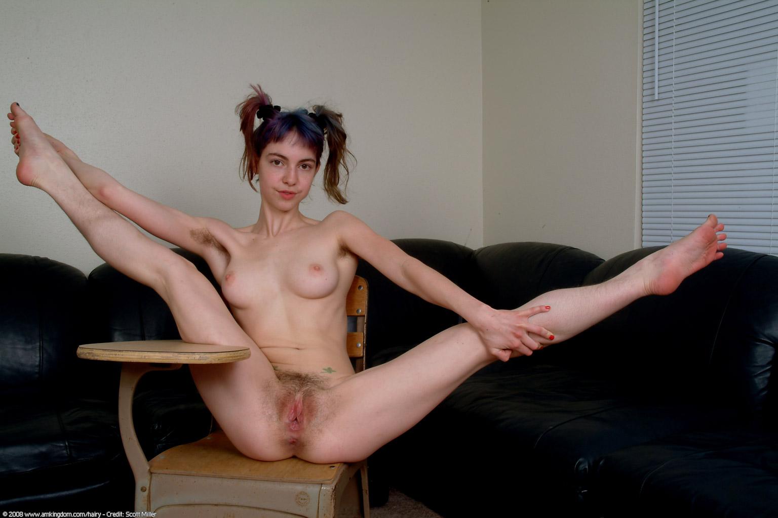 Трогают девушку между ног онлайн 11 фотография